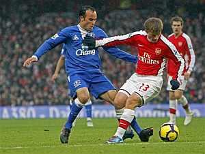 Donovan, del Everton, lucha por la pelota con Arshavin. (AFP)