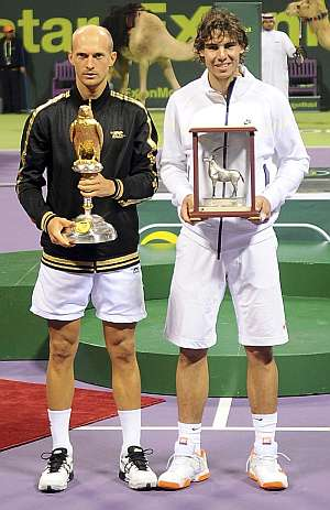 Davydenko (i) y Nadal, con los trofeos. (Foto: EFE)