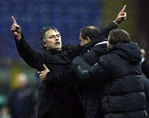 Mourinho celebra el tanto de Samuel. (Foto: EFE)