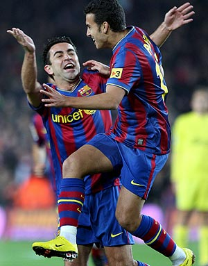 Xavi felicita a Pedro tras anotar un gol. (Foto: EFE)