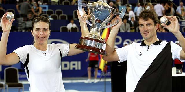 Tommy Robredo y María José Martínez, con el trofeo. (Foto: EFE)