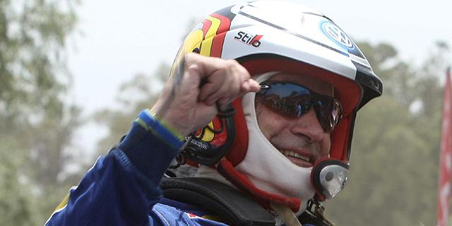 Carlos Sainz sonríe tras ganar el Dakar. | EFE