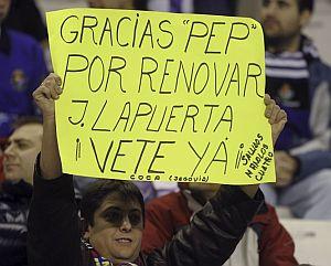 Un aficionado con una pancarta en Zorrilla. | Efe
