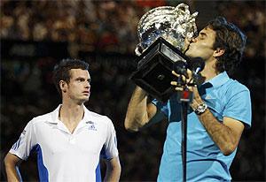 Murray mira a la grada mientras Federer besa el trofeo de campeón en Australia. (REUTERS)