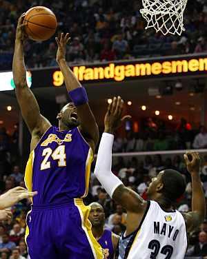 Kobe Bryant intenta encestar ante Mayo. (EFE)
