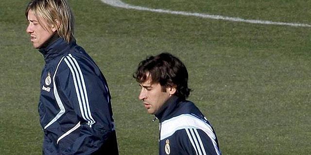 Raul (dcha.), junto a Guti en la sesión de entrenamiento del Real Madrid. (EFE)