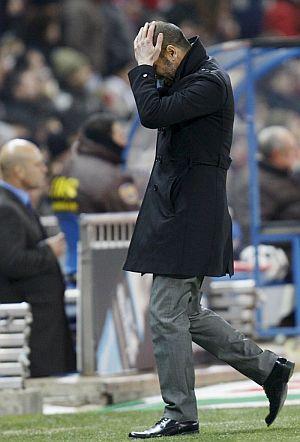 Guardiola se lamenta en el banquillo del Calderón. | Efe