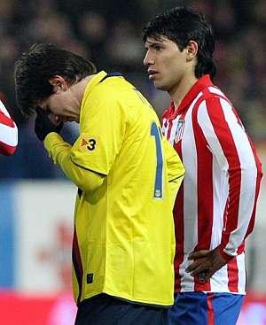 Messi se lamenta ante el Kun. (AFP)