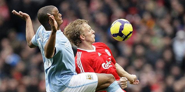 Kuyt lucha por el balón con un contrario. (AFP)