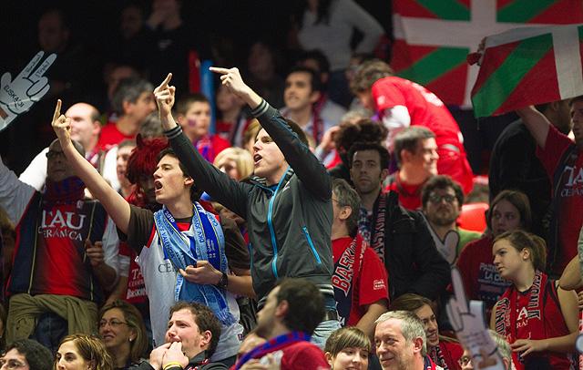Un grupo de aficionados increpa a los Reyes durante el himno.   Iñaki Andrés
