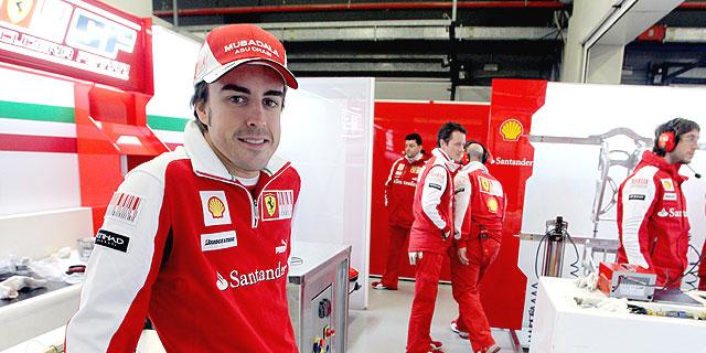 Fernando Alonso, en el box de Ferrari. | José Ayma