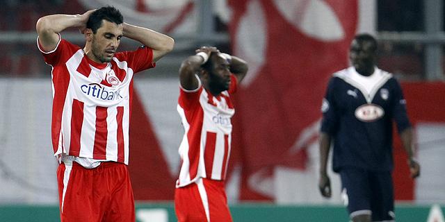 Los jugadores del Olympiacos se lamentan al final del encuentro. (Foto: REUTERS)