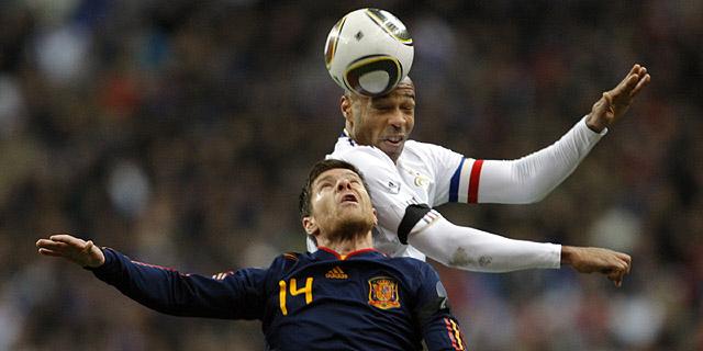 Henry cabecea un balón junto a Xabi Alonso. (Reuters)