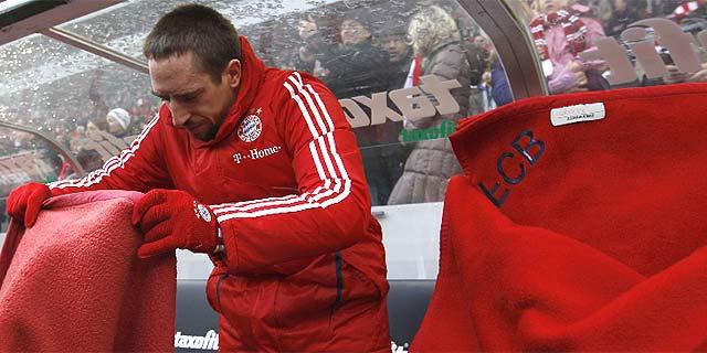 Ribéry se acomoda en el banquillo antes del partido ante el Colonia. (Foto: Reuters)