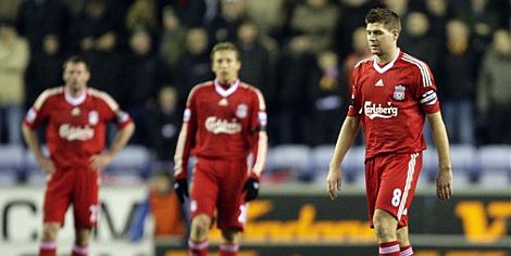 Los jugadores del Liverpool, decepcionados tras encajar el gol. | Efe