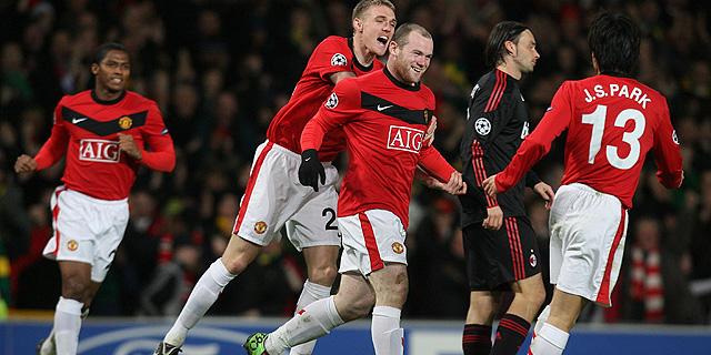 Los jugadores del Manchester United celebran uno de los goles del partido. (REUTERS)