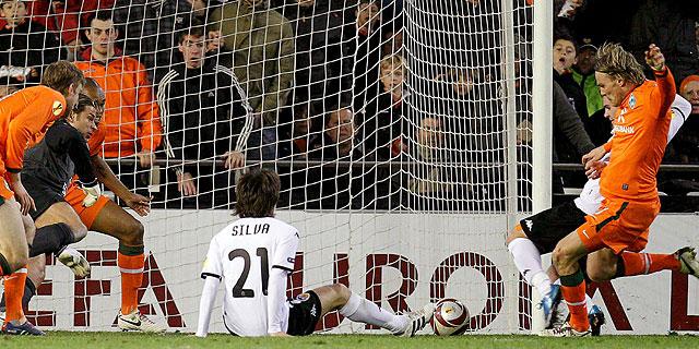 Silva, en el suelo en el momento del gol valencianista. (Foto: EFE)