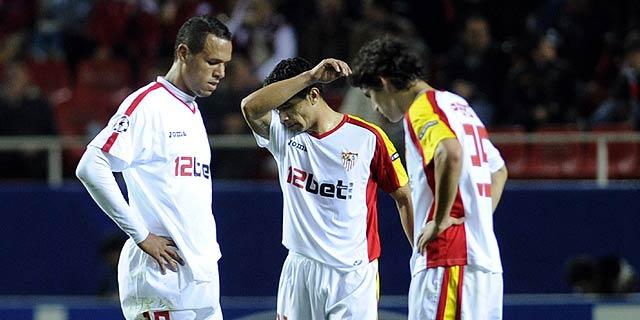 Luis Fabiano, Renato y Perotti, tras encajar un gol del CSKA.   Afp