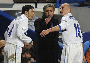 Mourinho da instrucciones a Zanetti y Cambiasso. | AP