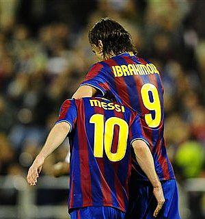 Ibra y Messi, en La Romareda. (Ap)