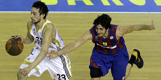 Sergio Llull supera la defensa de Ricky Rubio. (Foto: AFP)