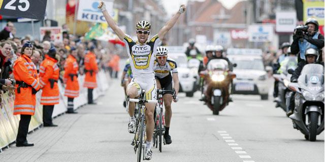 Bernhard Eisel levanta los brazos tras ganar la clásica en Wevelgem. (Reuters)