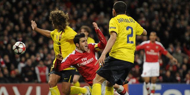 Fábregas provoca el penalti del empate y la expulsión de Puyol. (Ap)