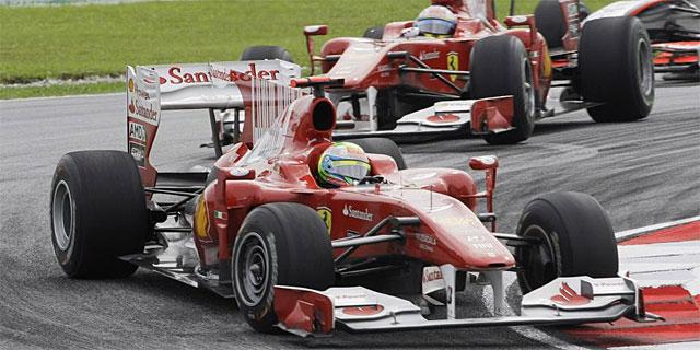 Fernando Alonso, tras la estela de Felipe Massa, durante la carrera. (EFE
