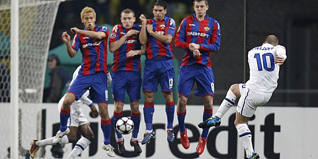 Sneijder lanza la falta del gol en Moscú. (Foto: AP)