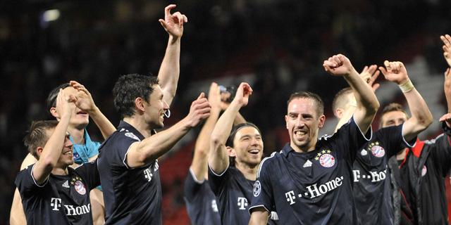 Los 'supervivientes' del Bayern celebran el pase a semifinales en Old Trafford. (Afp)