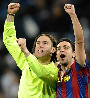 Milito y Xavi celebran el triunfo al final del partido. (Foto: Reuters)