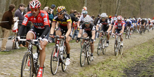 Fabian Cancellara guía el grupo de favoritos con Tom Boonen a su rueda. (Ap)