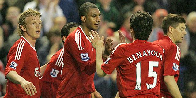 Los jugadores del Liverpool celebran el tanto de Ngog. | Ap