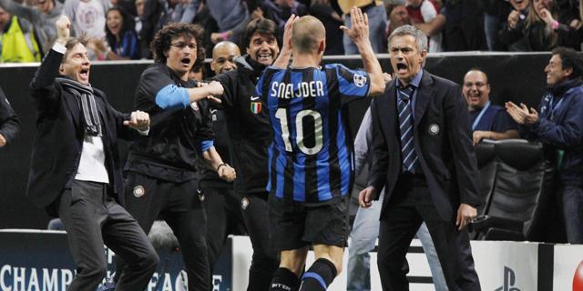Sneijder celebra con el banquillo del Inter su gol, el del 1-1. (Ap)