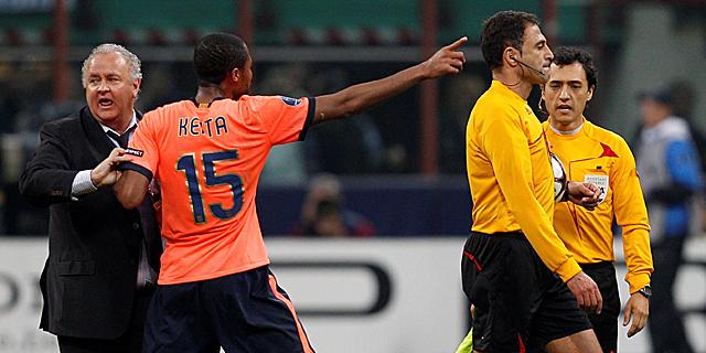 Keita se dirige al árbitro tras el partido. (Foto: Reuters)