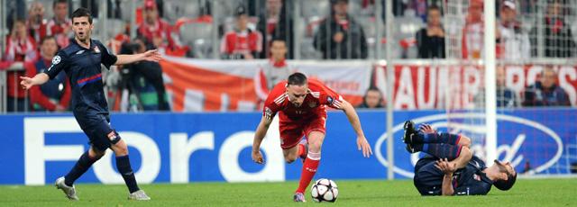 Lisandro se duele del plantillazo de Ribéry, expulsado con roja directa. Se perderá la vuelta y, virtualmente, la final. (Efe)