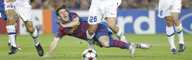 Messi Cae entre los defensores del Inter de Milan. (Ap)