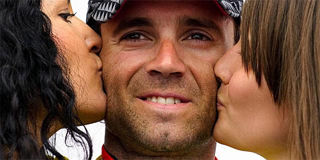 Besos para Valverde en el podio de Romandía. | Afp