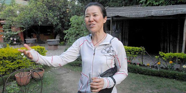 Oh Eun-sun, en un hotel de Katmandú tras convertirse en la primera mujer en coronar los 14 'ochomiles'.   Efe