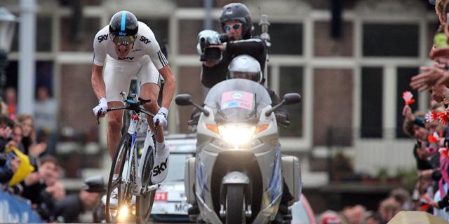 El británico Bradley Wiggins completa los últimos metros de la contrarreloj que dio inicio al Giro en Amsterdam. (Ap)