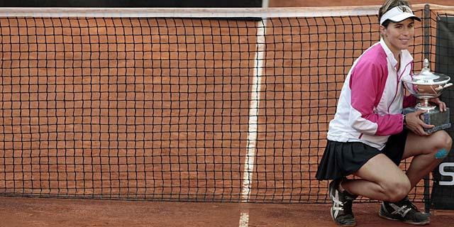 Martínez posa con el trofeo tras la victoria ante Jankovic. (Foto: Ap)
