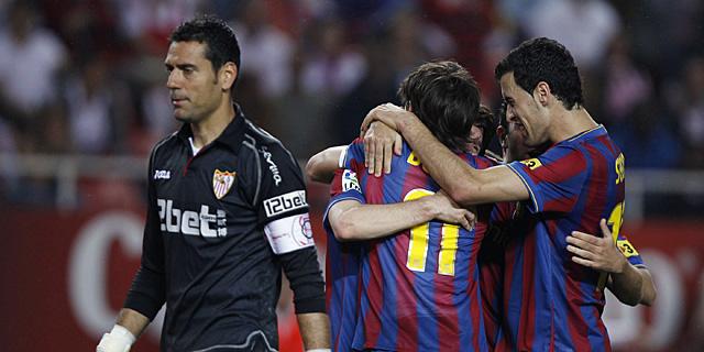 Los jugadores del Barça celebran el primer tanto en el Sánchez Pizjuán. | Reuters