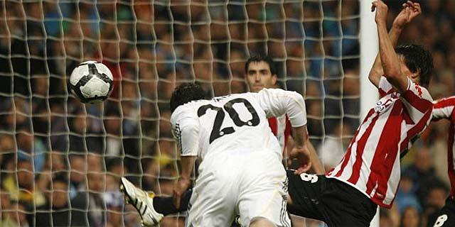 Gonzalo Higuaín anota el segundo gol del Real Madrid ante el conjunto vasco. (A. HEREDIA)