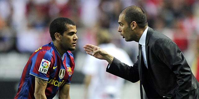 Alves, en la banda, recibe instrucciones de Guardiola, durante el partido. (EFE)