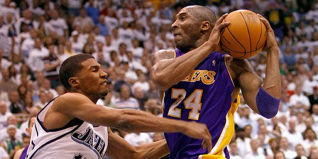 Bryant, ante un defensor rival. | Afp