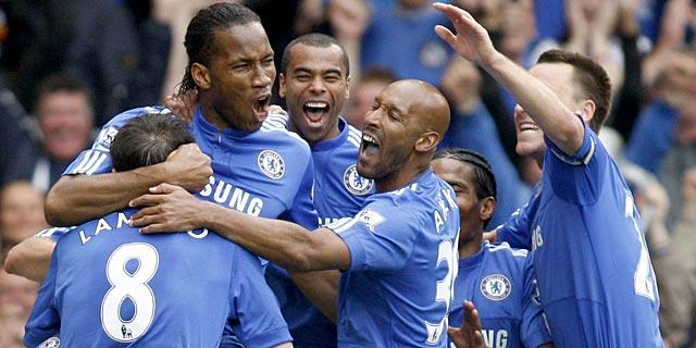 Drogba celebra con sus compañeros uno de sus goles al Wigan. (Foto: Ap)