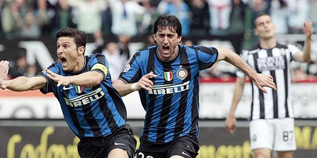 Diego Milito celebra su gol, que dio el título al Inter en Siena. (AFP)