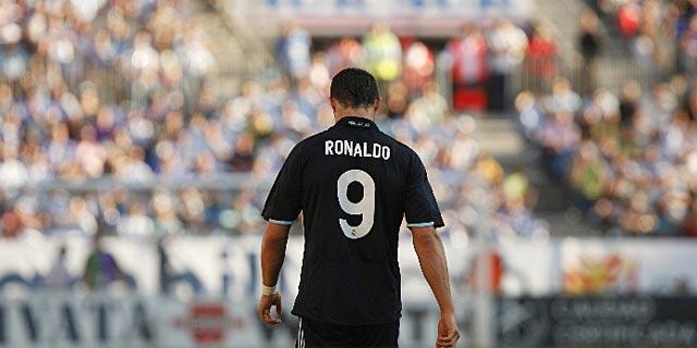 Cristiano Ronaldo, cabizbajo sobre el césped de La Rosaleda. (Foto: REUTERS)