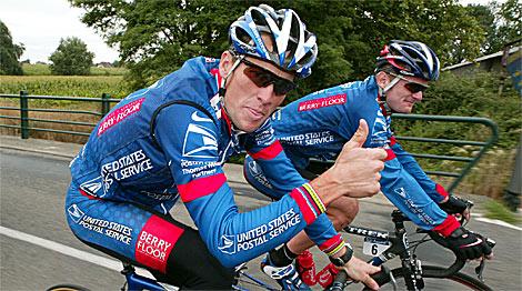 Armstrong (delante) y Landis, durante un entrenamiento con el US Postal en 2004. | Reuters