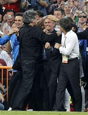 Mourinho recibe las felicitaciones de su cuerpo técnico tras la final de la Champions. | Efe